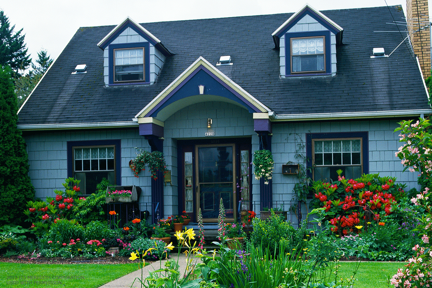 Recommended start flower garden in front of the house